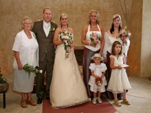babička ženich a družičky..:-)