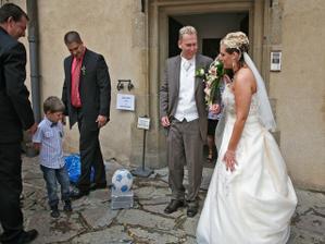manžel dostal betonový fotbalový míč...měla jsem ten řetěz přepilovat..