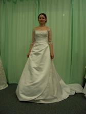 Tak jsem vyrazila do svateního salonu vybírat šaty. Ale je to hrůza! Nic mi nesedí a neodpovídá mym představám. Tyhle byly první. Ty ještě docela šli, jen mi byly velké na ramenou ...