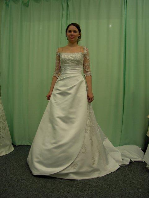 M+R=VL ;o)) - Tak jsem vyrazila do svateního salonu vybírat šaty. Ale je to hrůza! Nic mi nesedí a neodpovídá mym představám. Tyhle byly první. Ty ještě docela šli, jen mi byly velké na ramenou ...
