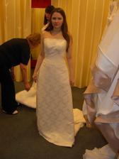 Trošku velké v dekoltu, trošku dlouhé a trošku širší sukni by to chtělo ...