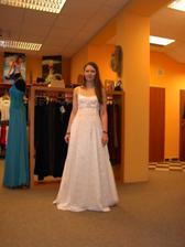 Moje první zkouška svatebních šatů. Páseček je jen tak připíchlej špendlíkama, takže proto je taky tak trochu nakřivo ... ;o)
