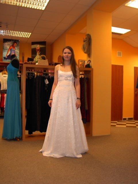 M+R=VL ;o)) - Moje první zkouška svatebních šatů. Páseček je jen tak připíchlej špendlíkama, takže proto je taky tak trochu nakřivo ... ;o)