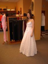 Malinko rozmazaný snímek šatů z boku ...