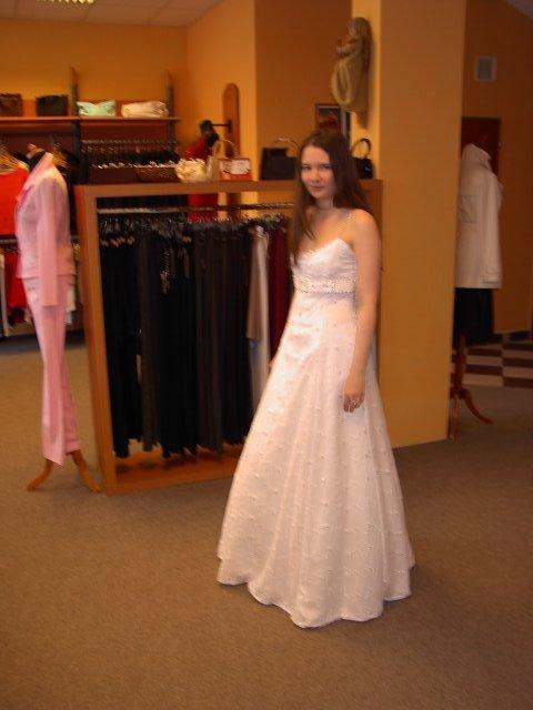 M+R=VL ;o)) - Malinko rozmazaný snímek šatů z boku ...