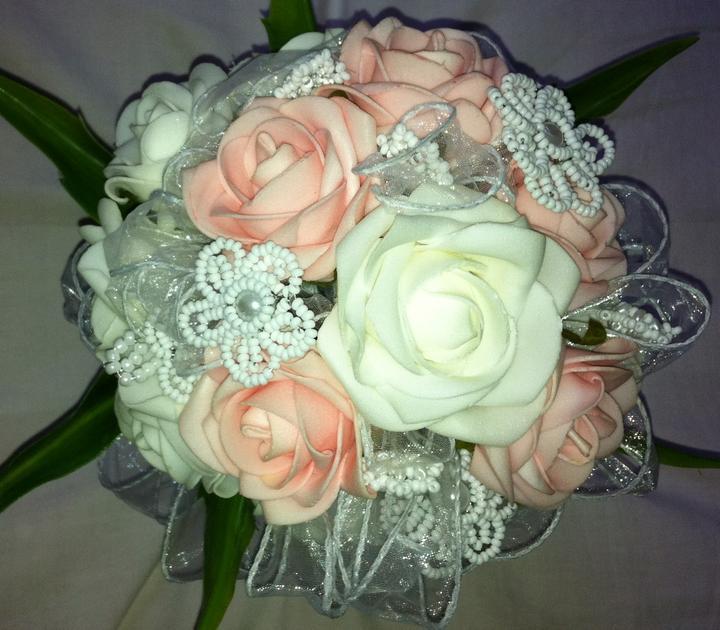 Netradiční svatební kytice - pěnové růžičky + polštářky pod prstýnky, košíčky - Může být i takhle zdobená...:-)