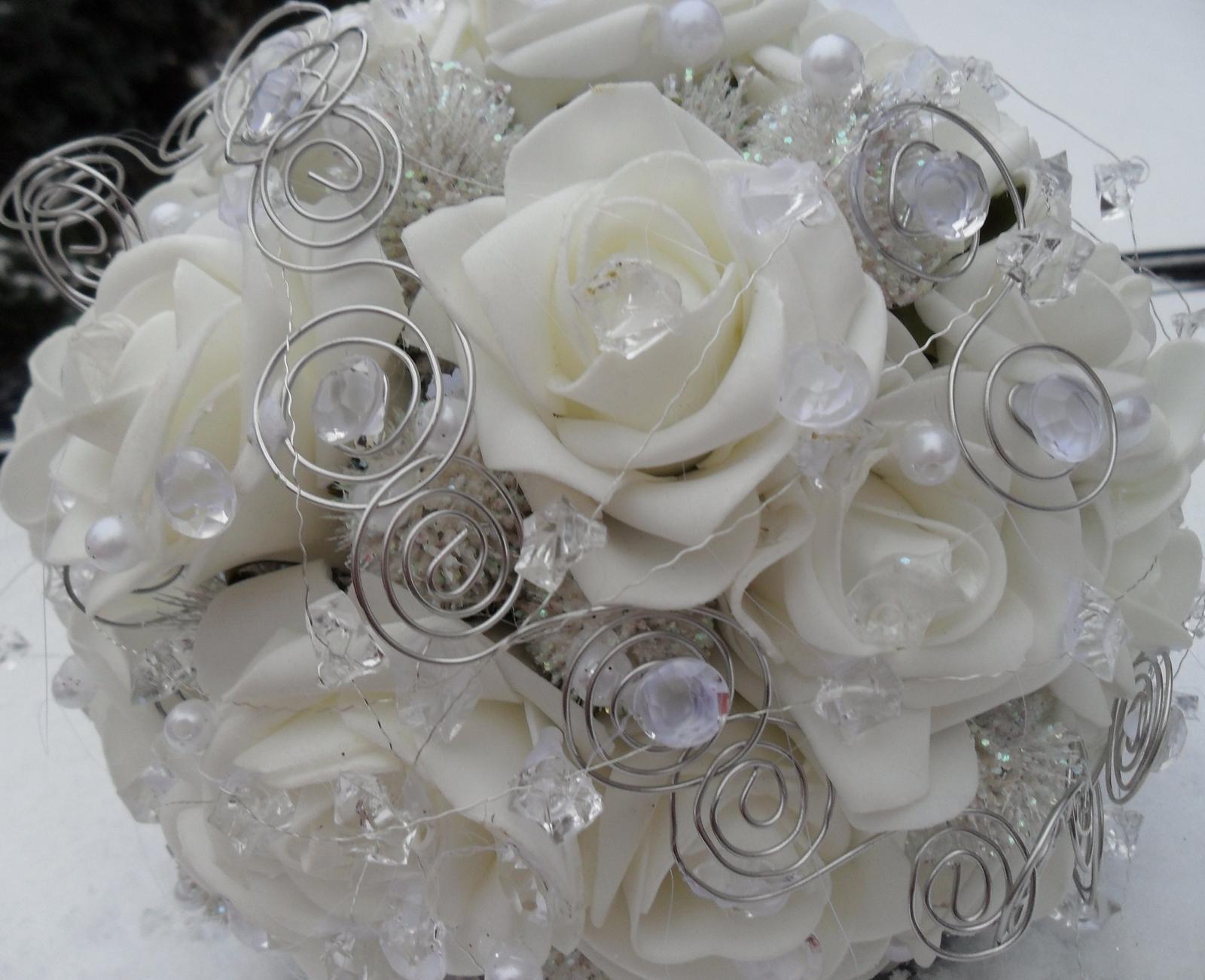 Netradiční svatební kytice - pěnové růžičky + polštářky pod prstýnky, košíčky - Svatební kytice - bílý diamant