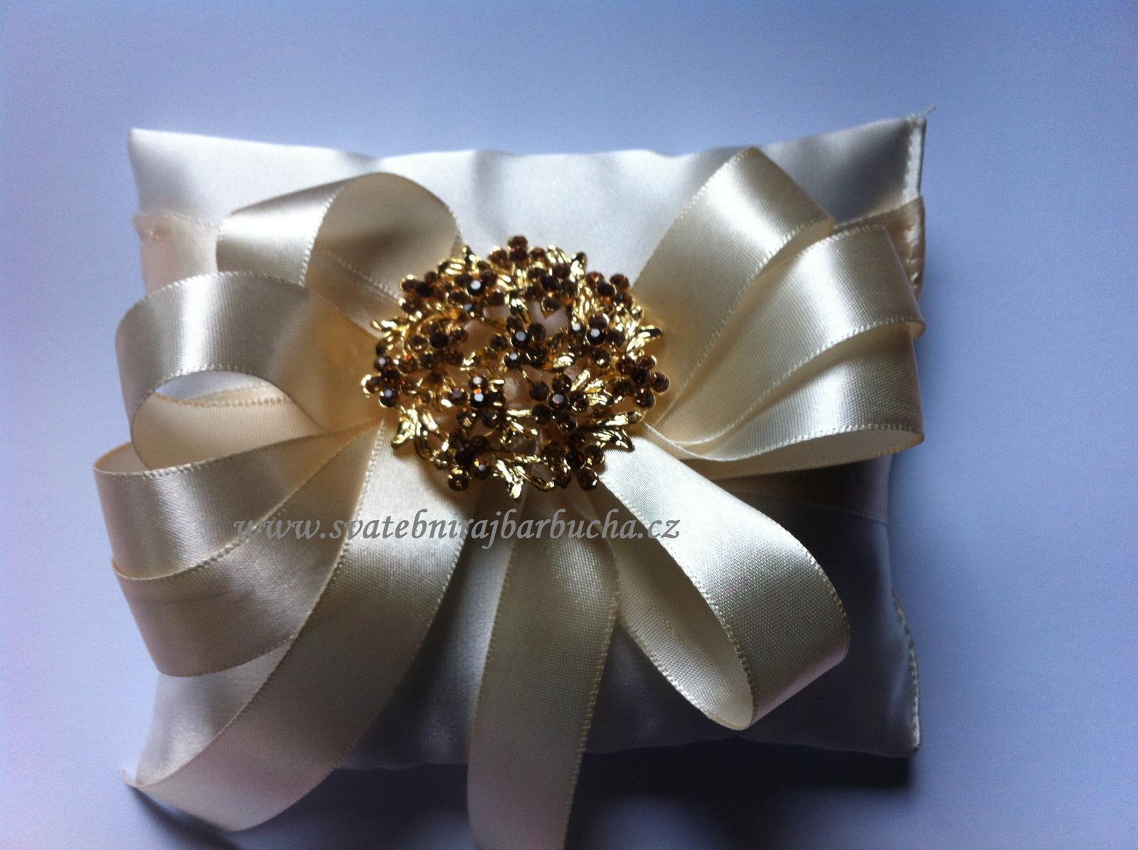 Netradiční svatební kytice - pěnové růžičky + polštářky pod prstýnky, košíčky - Polštářek pod prstýnky dle přání s broží i bez ....
