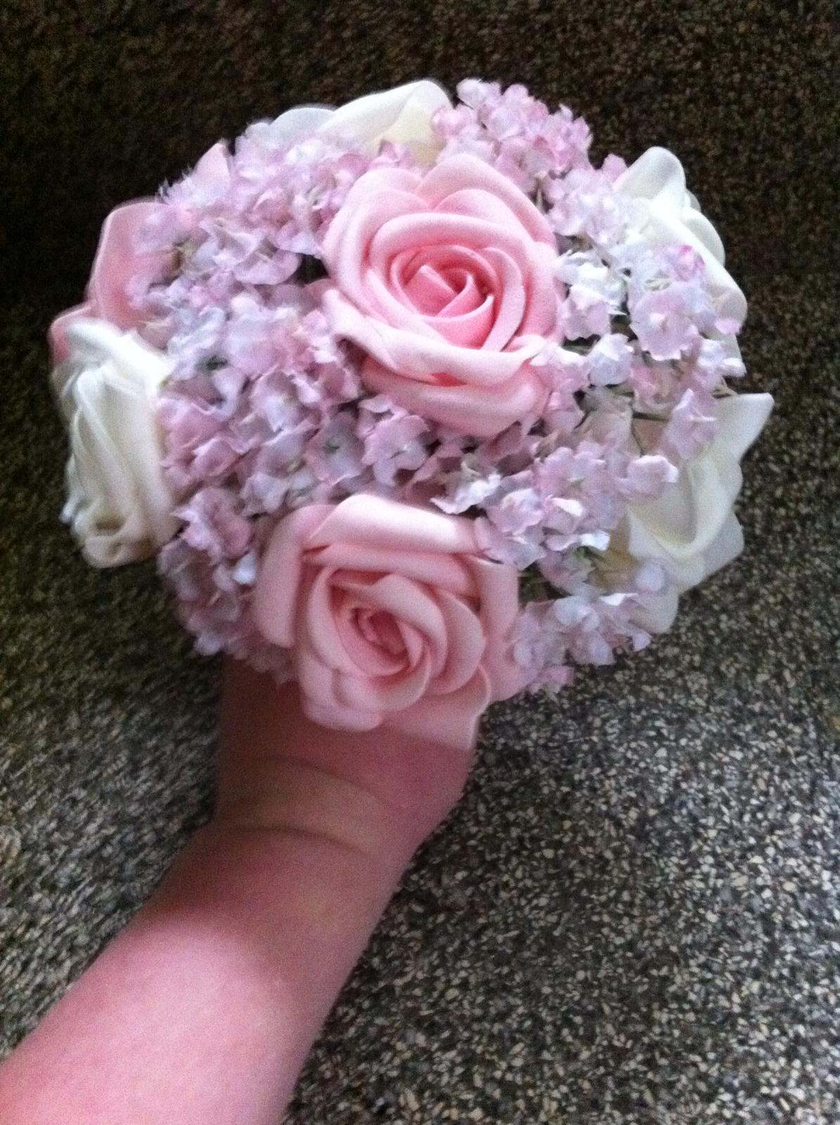Netradiční svatební kytice - pěnové růžičky + polštářky pod prstýnky, košíčky - mini kytička :)