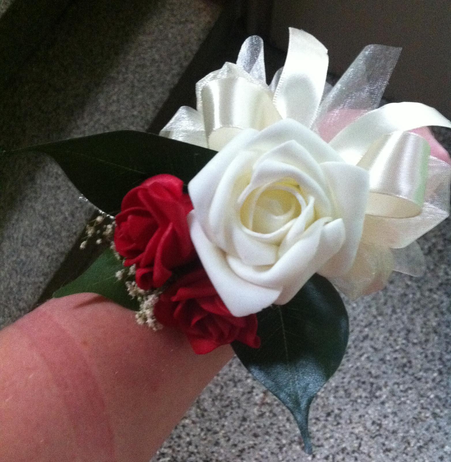 Netradiční svatební kytice - pěnové růžičky + polštářky pod prstýnky, košíčky - Náramek :)