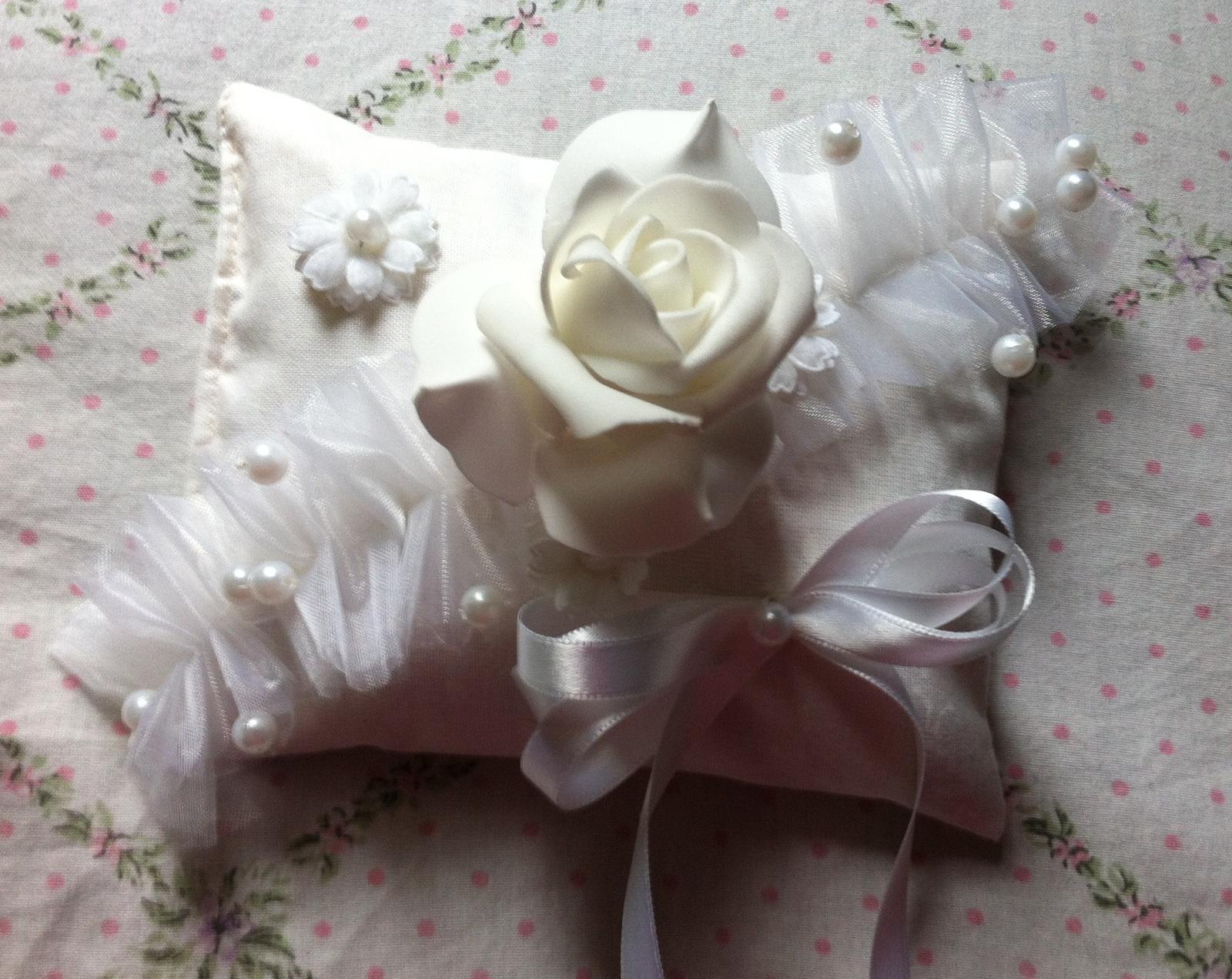 Netradiční svatební kytice - pěnové růžičky + polštářky pod prstýnky, košíčky - Obrázek č. 85
