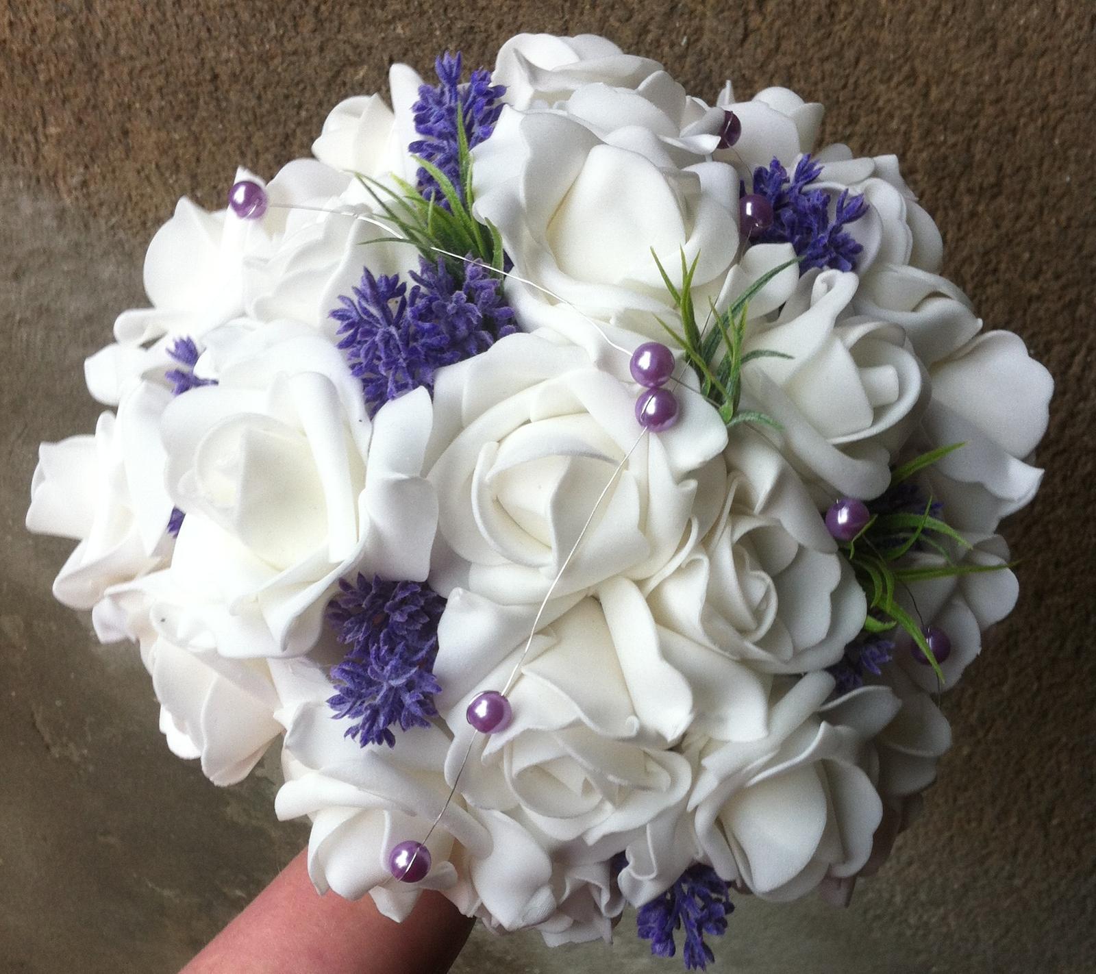 Netradiční svatební kytice - pěnové růžičky + polštářky pod prstýnky, košíčky - -Levandulová-