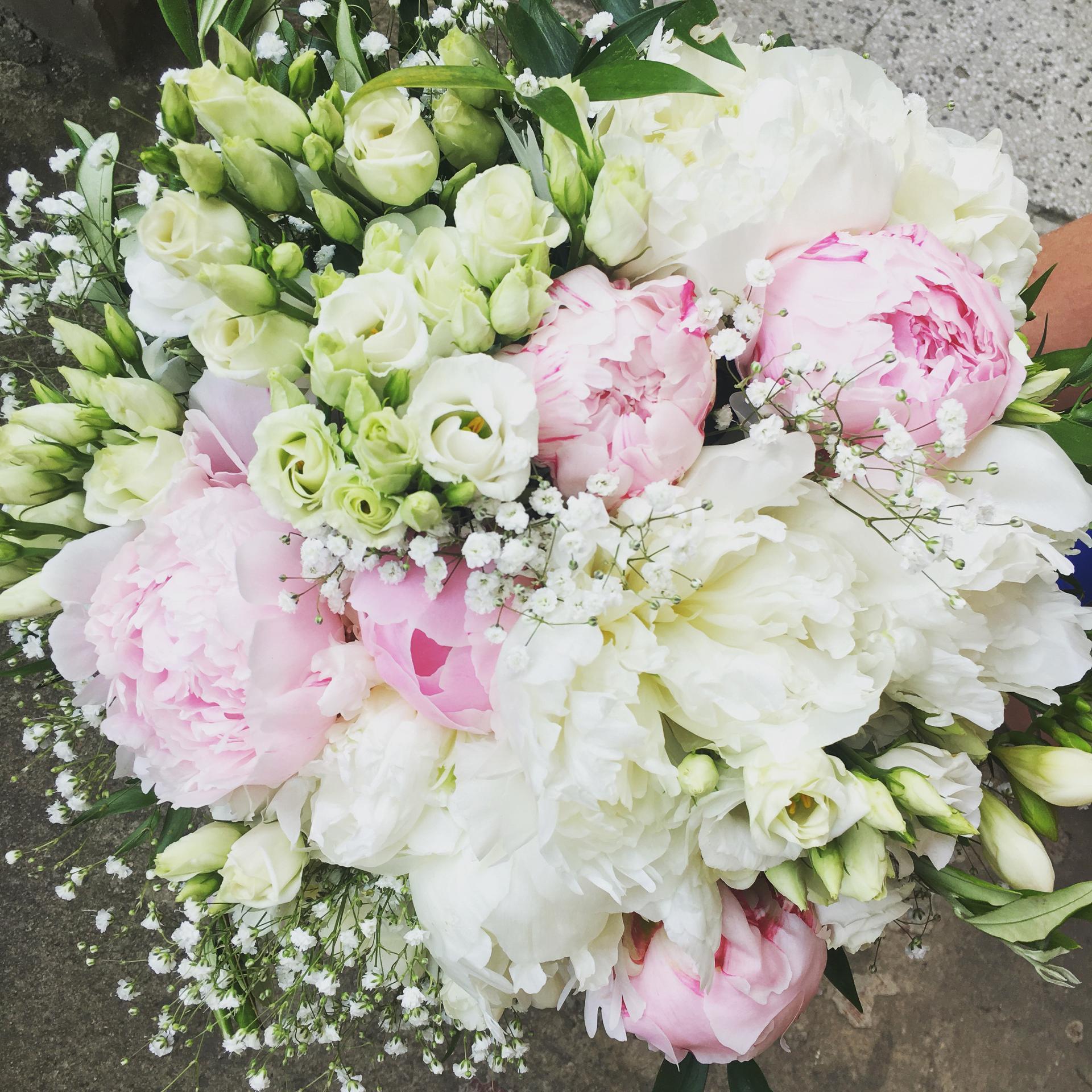 Rádi pro VÁŠ jedinečný den D připravíme svatební kytice , kytice pro maminky ,svědkyně , babičky , drůžičky , korsáže pro ostatní svatebčany , kompletní květinovou výzdobou , nebo výzdobou dle Vašeho přání . Květiny Vám přivezeme v den svatby k Vám domů nebo na místo svatby . Kontakt : 602945351 , ukázka práce : https://www.facebook.com/svatebnirajbarbucha/ . Přejeme příjemný zbytek dne. - Obrázek č. 1