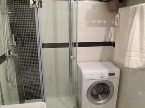 Skoro zázrak..ale podarilo sa do malej panel.kúpeľne vmestiť vaňu,sprchový kút aj práčku