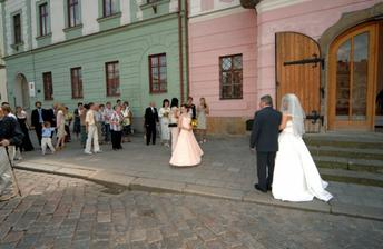 Před svatební síní