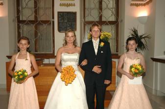 Novomanželé s družičkami