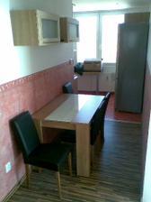 složený stůl a nové židle