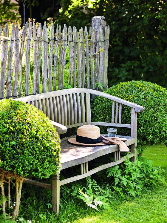 Holky, nevíte, kde by se daloa koupit tato lavička? https://www.floranazahrade.cz/nejkrasnejsi-zakouti-s-lavickou/ - Obrázek č. 1