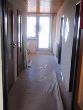 chodba v patře- pohled na balkonové dveře