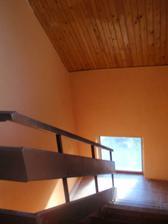 hrubá oranžová omítka na schodech
