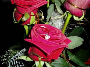 Moj snubny prstienok a kyticka ruzi od mojho draheho:)