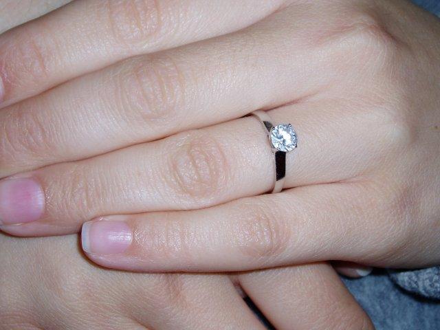 Zuzka & Peťo 18.10.2008 - ...a nakoniec, prstienok na mojej ruke:)