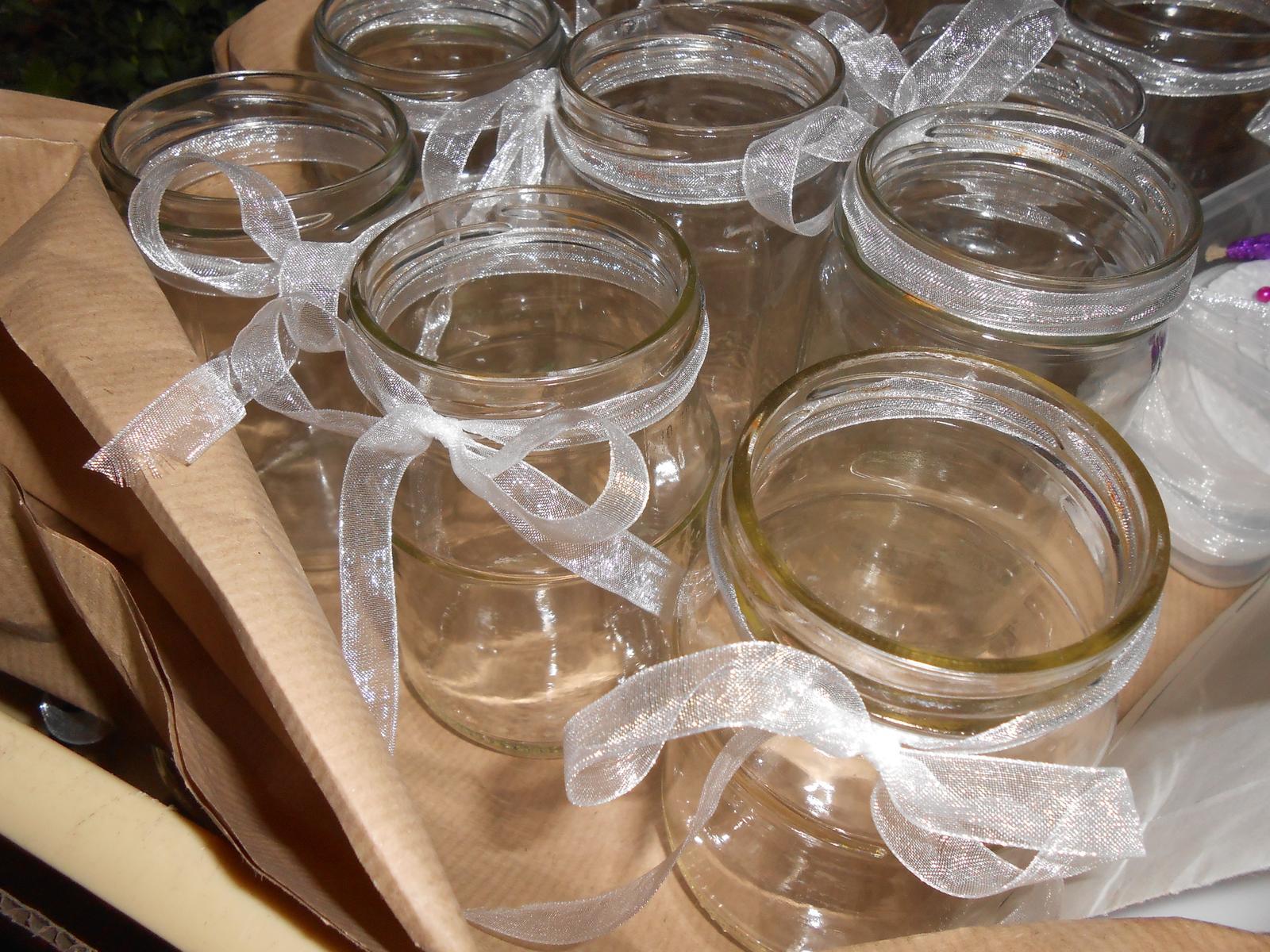 Prípravy v plnom prúde T&N - v pohároch chýbajú ešte kamienky a mušle