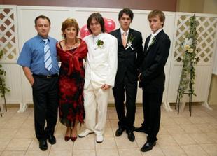 Manžel s rodičmi a bratmi