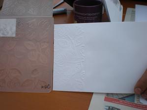 Obálky jsme ozdobili pomocí embosovací karty se vzorem růžiček - koupeno asi za stovku ve výtvarných potřebách. Ačkoliv nám paní tvrdila, že bez toho lisovacího stroje nám to nepůjde, šlo to - s pomocí válečku na těsto :)