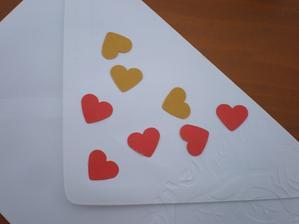 Přítel vymyslel dobrej zlepšovák. Na barevný papír se nalepí oboustranná lepící páska a pak se děrovačkou vyrazí tvar. Pak jen odlepit druhou (hnědou) stranu a samolepka je hotová. Žádné patlání lepidlem.