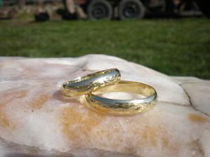 """Naše snubní prstýnky. Chtěli jsme motiv vlnovky, která symbolizuje """"jednou jsi nahoře, jednou dole""""..."""