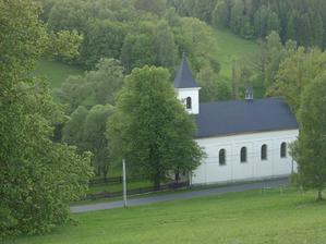 To je místo našeho obřadu - kaple Nejsvětější Trojice v Chrasticích. Brali se tu moji rodiče a já jsem tu byla pokřtěná.