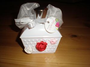 To svatební zdobení mě pohltilo - musela jsem olepit i mou oblíbenou avoňáckou EDP Flower By Cynthia Rowley, která na svatbě rozhodně nebude chybět :)