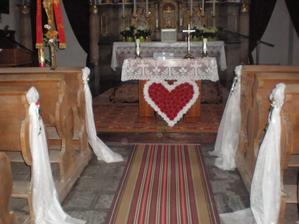 Nedělní zkouška výzdoby v kostele - ozdoby lavic musím zkrátit, aby se neválely po zemi.