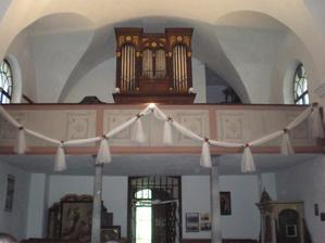 """První zkouška zdobení kostelního balkónu. Raději bych tam navěsila ty oblouky tři, aby kopírovala ta namalovaná """"pole""""...."""