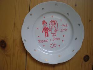 """""""Rozbíjecí"""" talíř hotový, je hodně starý, po babičce, chtěla bych si pak nechat na památku aspoň střep. Vzor jsem okopírovala tady od nějaké šikovné slečny."""