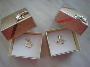 Dárky pro maminky - srdíčkový přívěšek pro moji maminku s červenými kamínky a pro ženichovu s bílými.