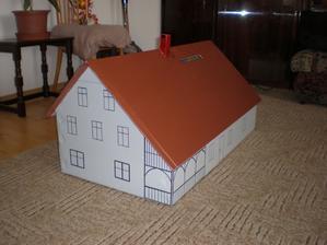 ...potom natřít střechu, nakreslit okna a nádherná miniatura našeho domu je hotová. Obálky se vhazují dírou ve střeše.