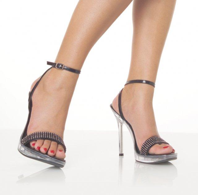 Livia&rasto prípravy - high heels, mama ma od sandálov odhovára, vraj nebudem mať v nich takú stabilitu