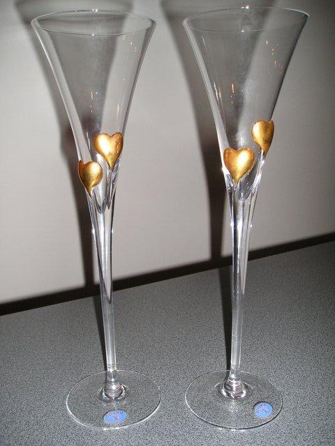 Livia&rasto prípravy - naše svadobné poháriky, ale srdcia sú strieborné, budú na nich naše mená + obrázok obrúčok strieborným písmom a dátum na stopke, sú ináč oveľa krajšie ako na obrázku