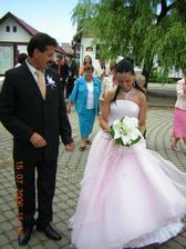 s ockom pred kostolom