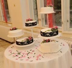 svadobna torticka, zdobena na uplne poslednu chvilu, lebo nastalo akesi nedorozumenie, ale vysledok bol dobry :)