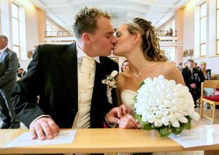už sme svoji..... prvý bozk novomanželov...