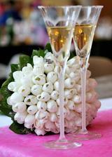 Naše svadobné poháre, kytica s obrúčkami...