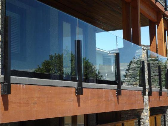 Ahojte má niekto na terase sklenné zábradlie? Pridávam foto ako inšpiráciu. zaujímalo by ma aká je jeho údržba a čistenie. :) - Obrázok č. 1