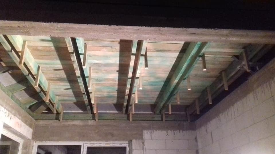 Zateplenie stropu bungalovu - následovalo rozmeranie a šrobovanie. Jeden koniec, druhý a pak podľa šnúrky. Od seba cca 80cm