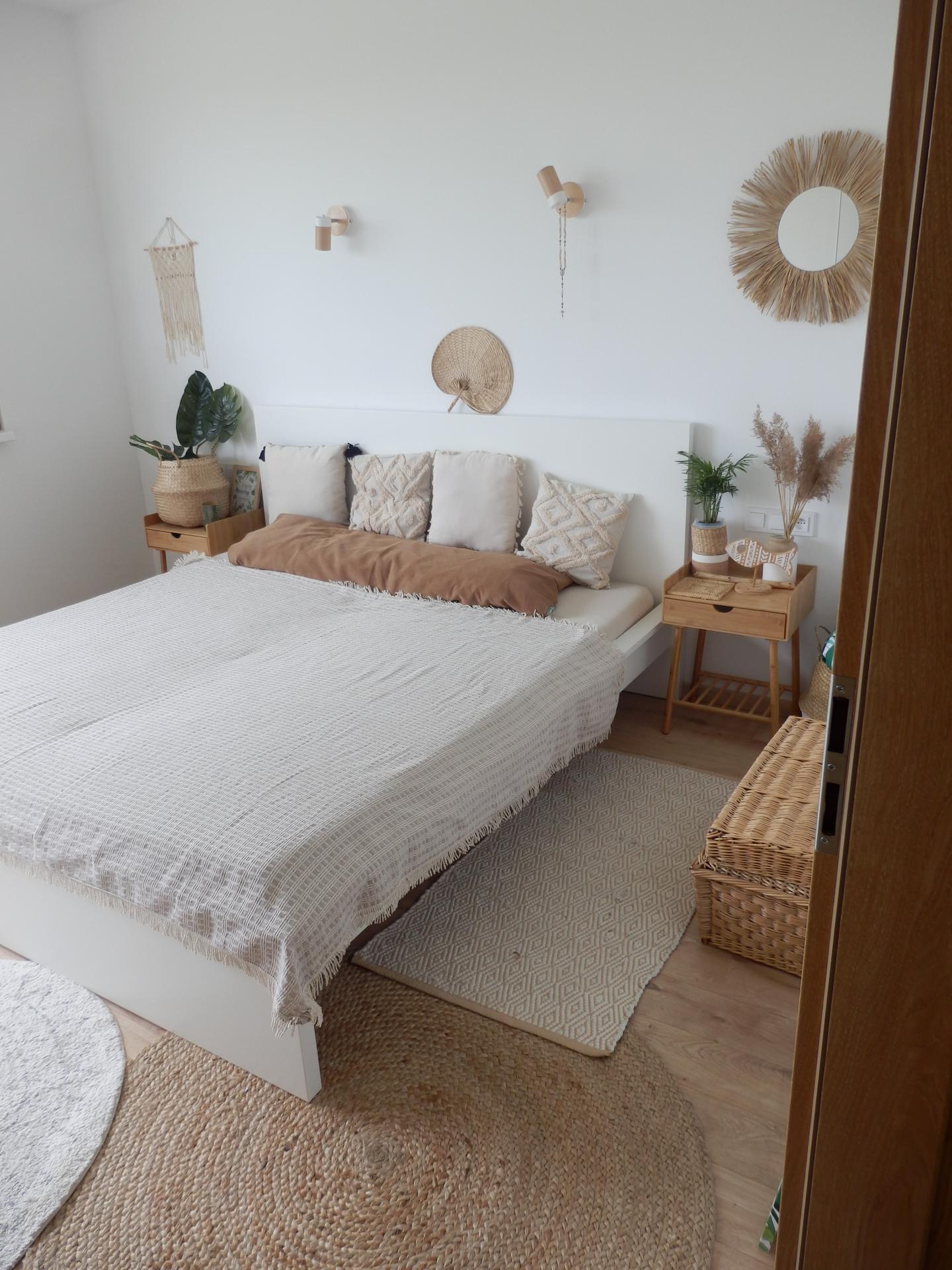 """Nový DOMOV - Naše ,,BOHO"""" ložnice. Časem bych chtěla nějakou barvu nebo dřevo na stěnu za postel."""
