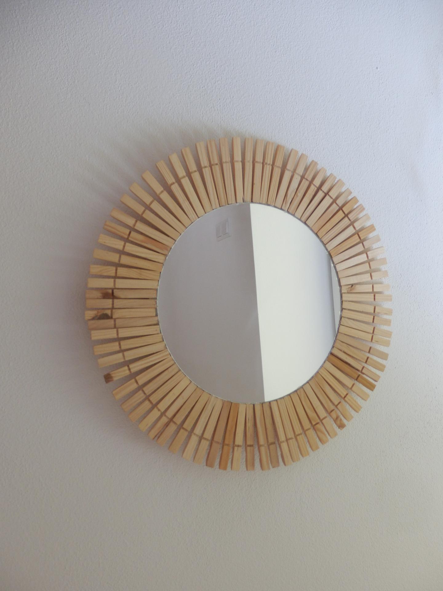 Tvoření je radost - Zrcadlo ve tvaru kruhu, karton, kolíčky na prádlo, tavná pistole. :-)