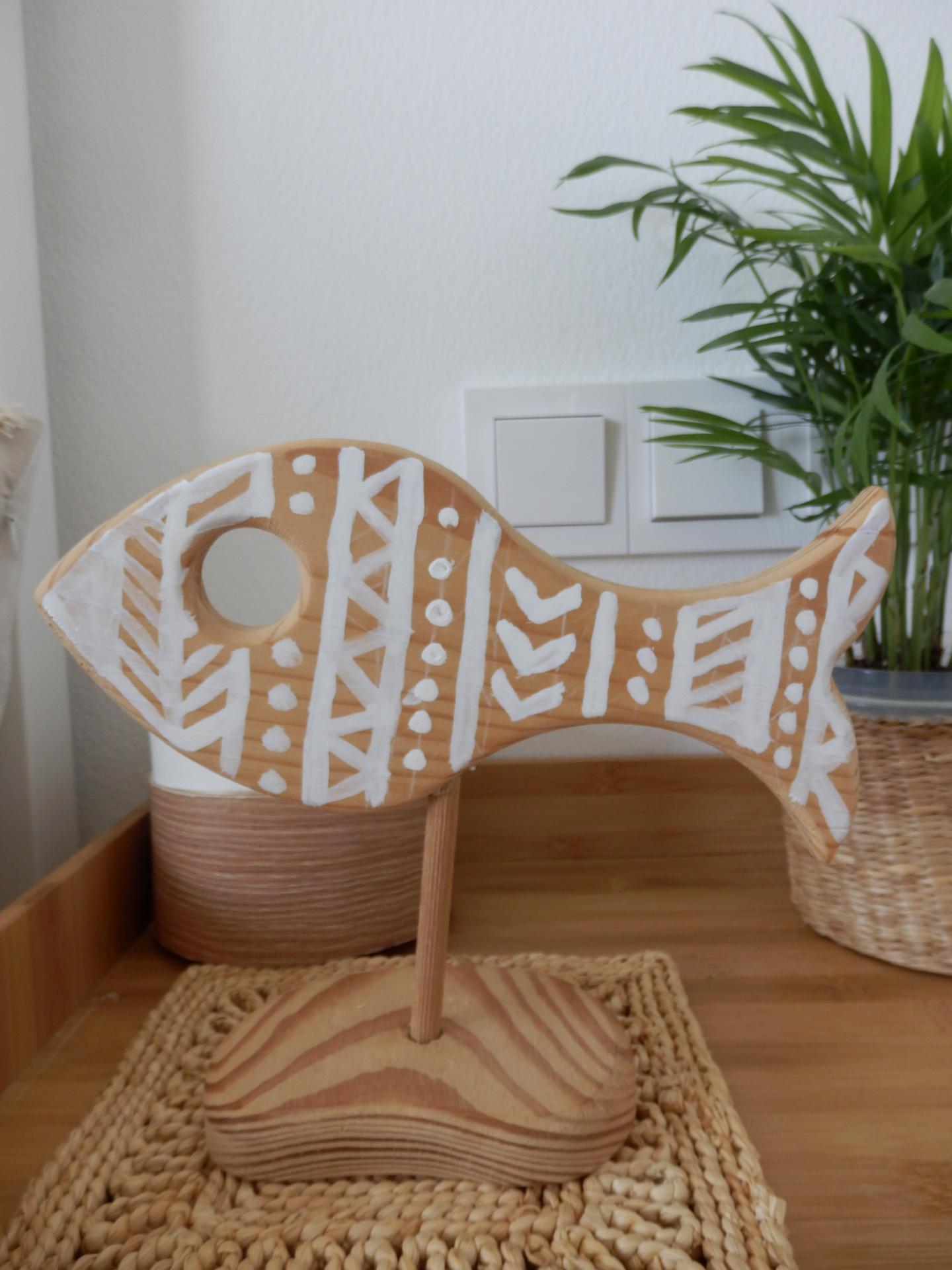 Tvoření je radost - Dřevěná ryba z vetešnictví, štětec, bílá barva na dřevo.
