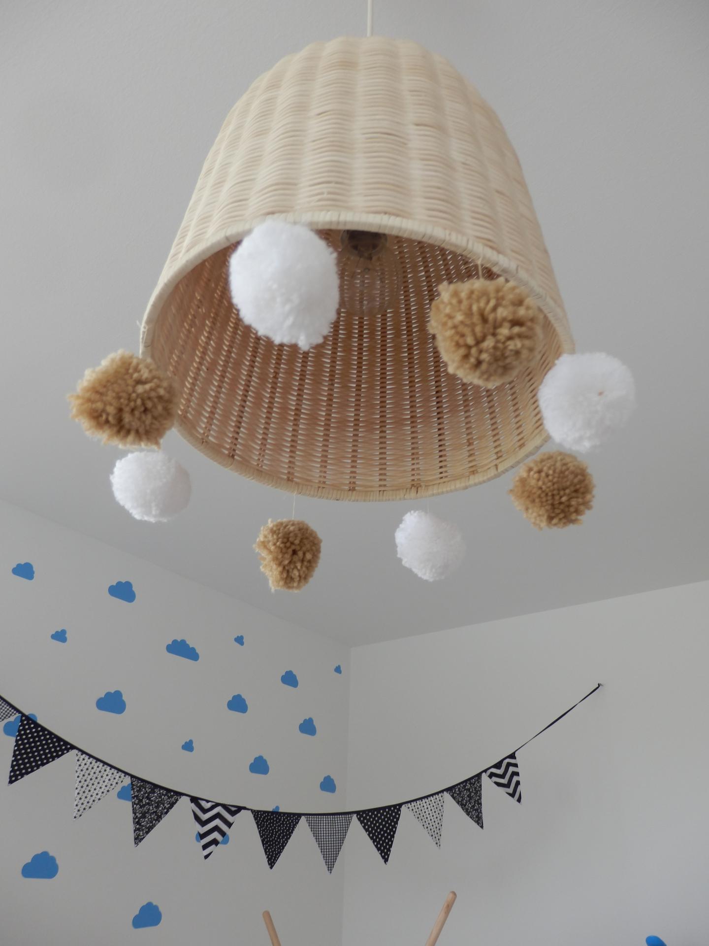 Tvoření je radost - Lampa Ikea leran ozdobená bambulkami.